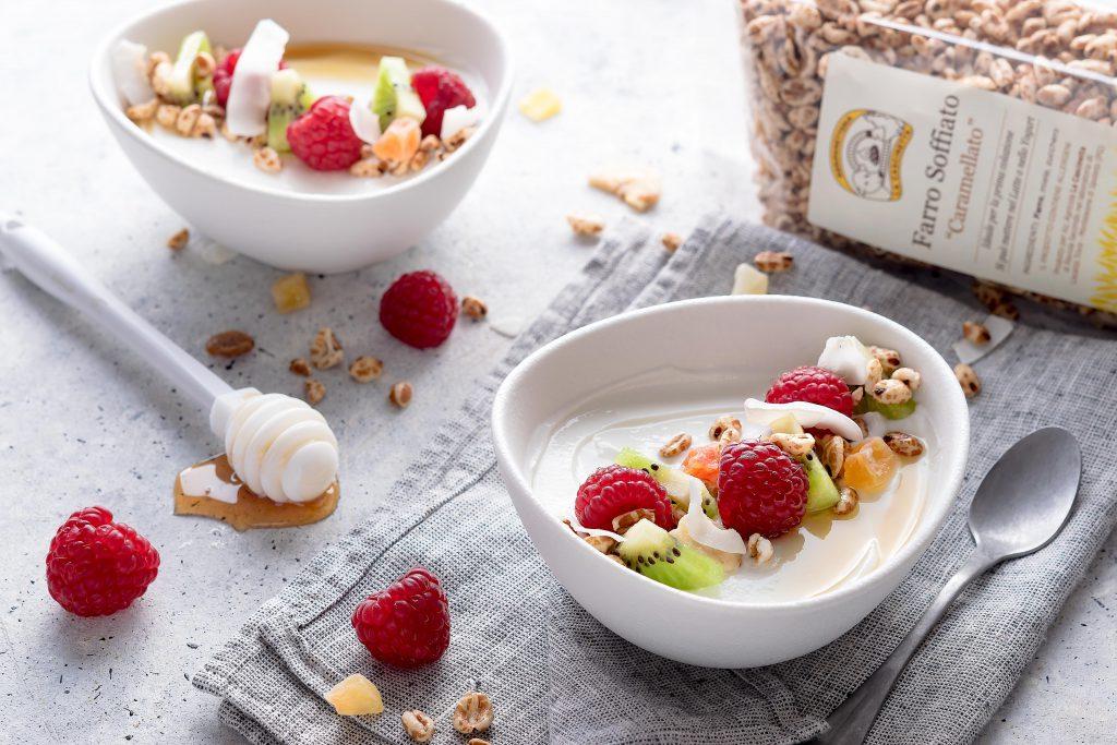 Bowl Yogurt greco con frutta fresca e farro soffiato