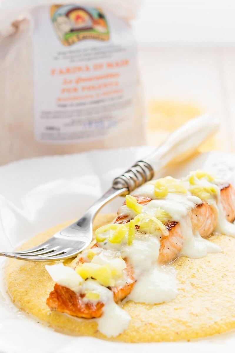 Filetto di salmone su letto di polenta